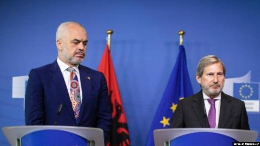 Komisioneri europian për zgjerimin viziton Tiranën dhe Maqedonine .