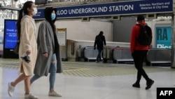 Para pengguna angkutan umum memakai masker ydi stasiun Waterloo, London, Inggris, 11 Mei 2020. (Foto: dok).