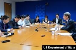 国务院人权助卿马利诺夫斯基对中外媒体说明人权对话讨论内容(照片来源:美国国务院)