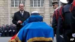 Presiden Francois Hollande memimpin upacara pemakaman tiga anggota polisi Perancis yang tewas (13/1).