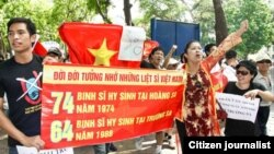 """Các nhà hoạt động hô to những khẩu hiệu """"Hoàng Sa-Trường Sa của Việt Nam"""" và """"Đả đảo Trung Quốc xâm lược"""""""