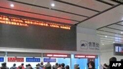 Hành khách xếp hàng mua vé xe lửa tại một quầy vé ở Bắc Kinh, Trung Quốc