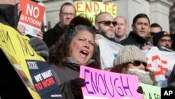 """Công chức liên bang Mỹ biểu tình, đòi chấm dứt """"shutdown"""". Ảnh chụp ngày 17/1/ 2019, ở Boston, bang Massachusetts"""