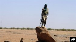 A Nigerien soldier patrols on the road between Agadez and Arlit, 26 Sep 2010