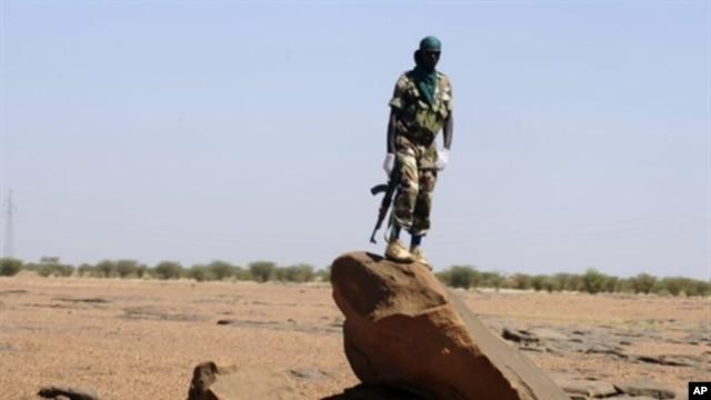 A Nigerien soldier patrols on the road between Agadez and Arlit, 26 Sep 2010