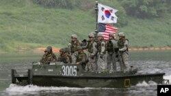 지난 5월 한국 남한강 유역에서 미-한 합동훈련에 참가한 양국 군인들. (자료사진)