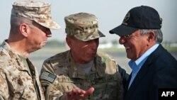 AQSh Mudofaa vaziri Leon Panetta (chapda) AQSh generallari Jon Allen va Deyvid Petreus bilan Kobulda uchrashmoqda, 9-iyul, 2011-yil