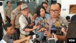 Humas Mabes Polri, Dedi Prasetyo, berbicara kepada media di kantornya di Jakarta (foto dok. VOA/Rio Tuasikal).
