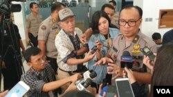 Humas Mabes Polri, Dedi Prasetyo, berbicara kepada media di kantornya di Jakarta. (foto: VOA/Rio Tuasikal)
