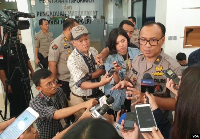 Humas Mabes Polri, Dedi Prasetyo, berbicara kepada jurnalis usai konferensi pers di kantornya di Jakarta, Jumat (24/5/2019) siang. (VOA/RIo Tuasikal)