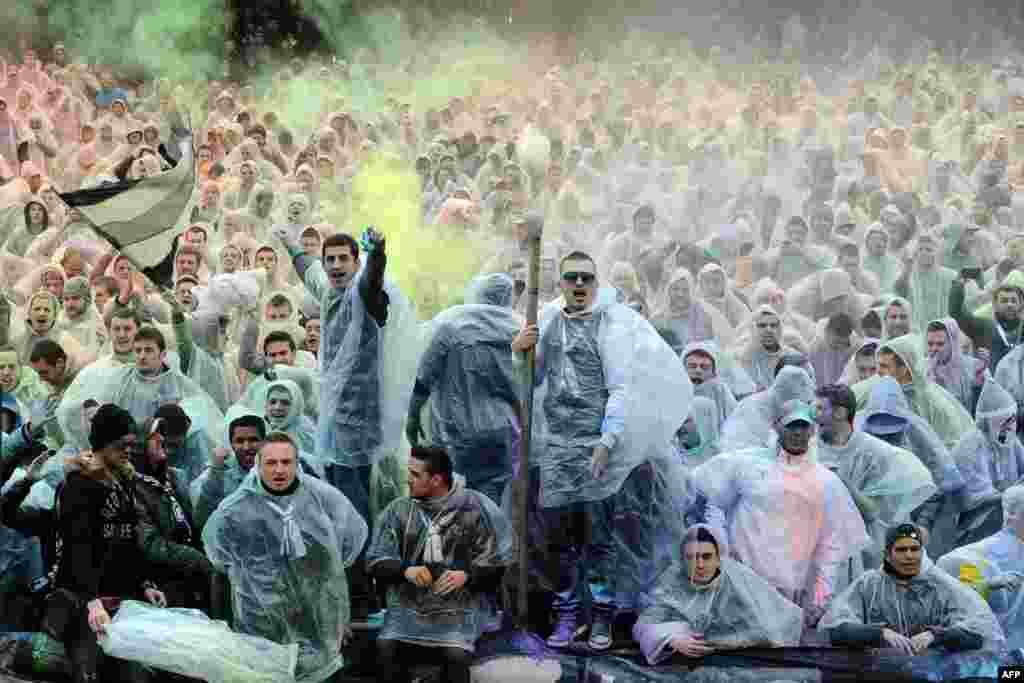 طرفداران تيم بوردو، در جريان مسابقه فوتبال ليگ يکم فرانسه بین ژيروندنهای بوردو و سنت اتین در ورزشگاه شابان دلما در بوردو، جنوب غربی فرانسه، پودر رنگی به هوا پرتاب میکنند.