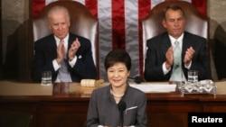 Predsednika Južne Koreje Park Geun-hje govori na sednici oba doma Kongresa