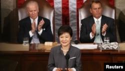 한국 박근혜 대통령이 8일 미국 의회에서 상하원 합동연설을 하고있다.