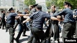 La police tente d'arrêter un activiste lors d'un rassemblement à Tbilissi, (IDAHO) , le 17 mai 2013.