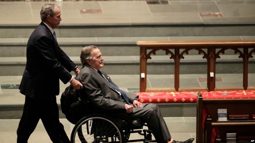 La oficina del ex presidente George H. W. Bush, que informó la noticia, dijo que el líder está respondiendo al tratamiento.
