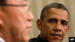 4月11日在白宫,奥巴马总统在倾听联合国秘书长潘基文向媒体发表讲话