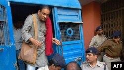 Bác sĩ Binayak Sen được đưa đến tòa án ở thành phố Raipur