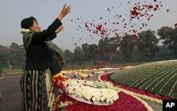 昂山素季在新德里的尼赫鲁纪念园撒花瓣纪念印度第一位总理尼赫鲁的生日(2012年11月14日))