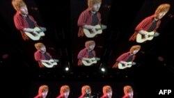 Ed Sheeran biểu diễn trên sân khấu Pyramid của lễ hội âm nhạc Glastonbury ở Somerset, Anh, hôm 25/6.