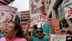 Manifestantes marchan en Phoenix contra la Ley SB1070.