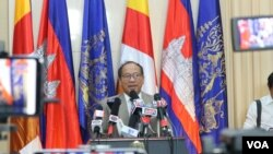 FILE - Phay Siphan, the Cambodian government spokesperson, speaks during a press conference at the Council of Ministers, Phnom Penh, July 25, 2019. (Kann Vicheika/VOA Khmer)