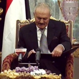 Yemeni President Ali Abdullah Saleh signs a document agreeing to step down after a long-running uprising to oust him from 33 years in power in Riyadh, Saudi Arabia, November 23, 2011.