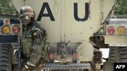 Binh sĩ Uganda trong lực lượng gìn giữ hòa bình của Liên hiệp Châu Phi đứng sau xe bọc sắt gần một vị trí phòng thủ trong thị trấn Yaaqshiid ở phía bắc thủ đô Mogadishu, Somaliaa