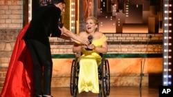 الی استروکر در ۷۳ومین جایزه سالانه تونی، جایزه بهترین بازیگر زن را دریافت کرد، ۹ ژوئن ۲۰۱۹