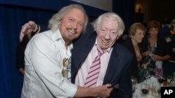 Barry Gibb dari grup Bee Gees (kiri) dan Robert Stigwood, mantan manajer Bee Gees, dalam sebuah acara di London, 28 Juni 2013 (foto: dok).