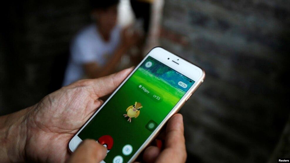Một người đàn ông đang chơi Pokemon Go tại Hồ Hoàn Kiếm, Hà Nội, Việt Nam, ngày 18/8/2016.