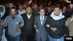 Para tokoh dan aktivis Ikhwanul Muslimin dalam demonstrasi menggulingkan Mubarak di Kairo (foto: dok). Ikhwanul Muslimin mendesak pemerintah mengamandemen UU Pemilu yang disengketakan.