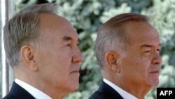Qozog'iston prezidenti Nursulton Nazarboyev (chapda) va O'zbekiston rahbari Islom Karimov
