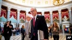 El presidente de la Cámara de Comercio y Energía de la Cámara de Representantes, Greg Walden, uno de los promotores de la legislación republicana de salud, camina después de abandonar la oficina del Capitol Hill, este 24 de marzo de 2017.
