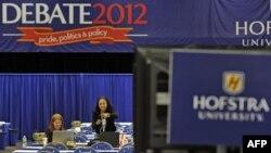媒体10月15日在霍夫斯特拉大学总统候选人辩论场地安放自己的设备