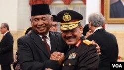 Ketua sementara KPK, Taufiqurrahman Ruki (kiri), bersama calon Kapolri Komjen (Pol) Badrodin Haiti seusai pelantikan pimpinan KPK di Istana Negara Jakarta (20/2). (VOA/Andylala Waluyo).
