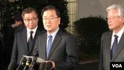 韩国的青瓦台国家安全室室长郑义溶(中)和国家情报院院长徐薰(左)在白宫外宣布美国总统川普同意跟朝鲜最高领导人金正恩见面。(美国之音黄耀毅拍摄))