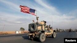 Một đoàn xe của binh lính Mỹ sau khi rút khỏi miền Bắc Syria đi qua Erbil, Iraq, hôm 21/10. Bộ trưởng Quốc phòng Mark Esper nói Mỹ sẽ duy trì một số lượng binh lính ở đây để giữ không cho Nhà nước Hồi giáo tiếp cận các mỏ dầu.