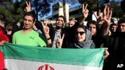 지난 3일 이란 수도 테헤란의 메흐라바드 공항에서 이란 핵 합의를 환영하는 시민들이 이란 대표단의 도착을 기다리고 있다. (자료사진)