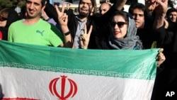 İranlılar sevinclə Mehrabad aeroportunda xarici işlər naziri Cavad Zərifi qarşılayırlar.