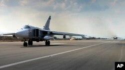 Chiến đấu cơ SU-24M của Nga chuẩn bị cất cánh từ căn cứ không quân Hmeimim ở Syria.