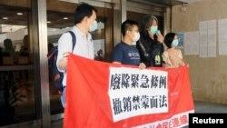 香港前立法会议员梁国雄在香港高等法院上诉庭外对记者讲话。(2020年4月9日)