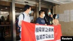 Veteran pro-demokrasi Hong Kong, Leung Kwok-hung memberikan keterangan kepada media sebelum putusan Pengadilan Banding tentang UU anti-masker di Hong Kong, 9 April 2020.