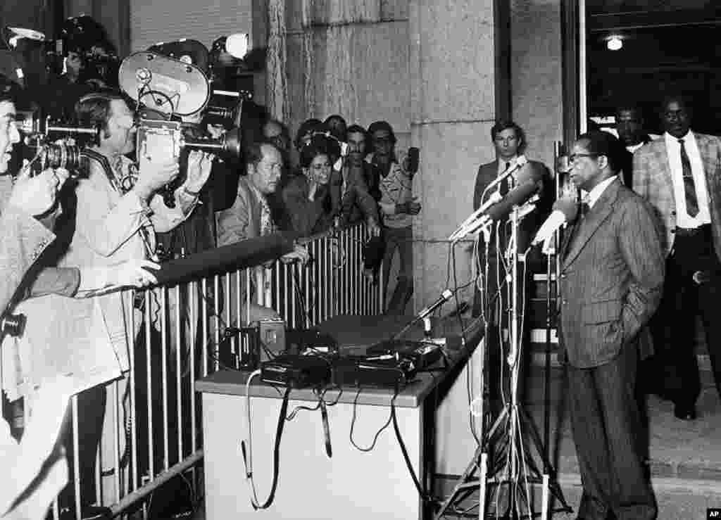 Patriotic Front leader Robert Mugabe (R) gives a press conference in Geneva, Switzerland, October 29, 1976. (AFP)