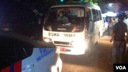 Iring iringan ambulans membawa jenazah terpidana mati keluar dari kawasan dermaga Wijayapura, Cilacap, Ja wa Tengah, Rabu pukul 05.00 WIB (foto: VOA/Nurhadi).