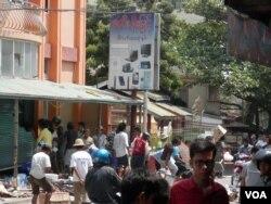 A crowd in Meikhitla, Burma loots merchandise from a shop, Mar. 22, 2013. (VOA)