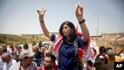Anggota parlemen Palestina Khalida Jarrar disambut oleh para pendukungnya setelah dia dibebaskan dari penjara Israel di pos pemeriksaan Jabara dekat kota Tulkarem, Tepi Barat, 3 Juni 2016. (AP Photo/Majdi Mohammed, File)