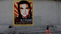 ARCHIVO - Una mujer camina junto a un mural en apoyo a la liberación del empresario y enviado colombiano Alex Saab, detenido en Cabo Verde por cargos de lavado de dinero para el gobierno del presidente venezolano Nicolás Maduro, en Caracas, Venezuela el 9 de septiembre de 2021.