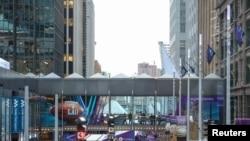 مال آف امریکہ کے دو ٹاور جنہیں سکائی وے سے جوڑا گیا ہے۔ فائل فوٹو