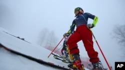 2014年2月17日索契冬奥会:美国运动员米凯拉谢弗林站立在高山滑雪训练场