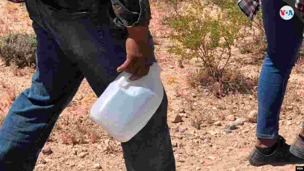"""La Voz de América acompañó a agentes de la CBP en su centro de entrenamiento en Arizona donde mostraron cómo esel proceso del rescate de los migrantes por parte de las autoridades.En una audiencia de la Subcomisión de Inmigración y Seguridad Fronteriza del Senado, la jefa de la Patrulla Fronteriza, Carla Provost, dijo a los senadores que los números de detención estaban """"fuera de lo normal"""". Photo: Celia Mendoza - VOA"""